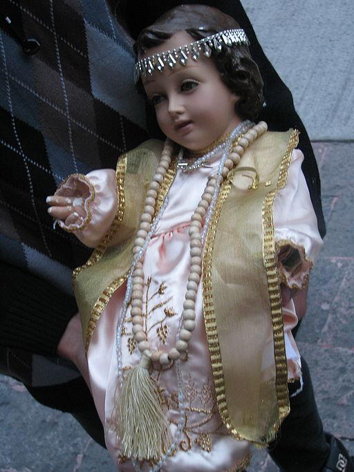 Figura del Niño Dios llevado a ser bendecido.